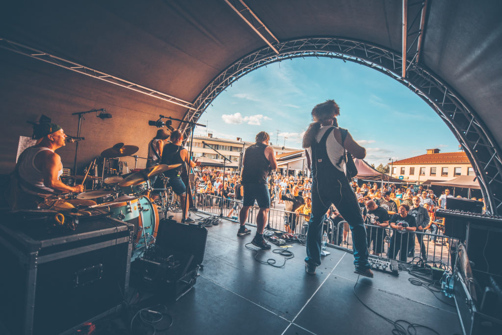 STEVE 'N' SEAGULLS TRAVELLING LIGHT & PLAYING HARD WITH DLIVE WINGS